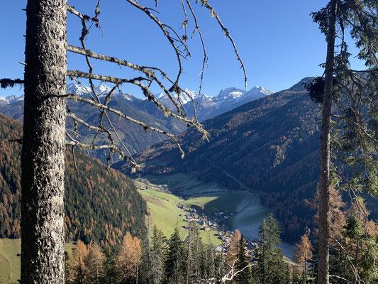 Weißenbach - Blick vom Weg zum Pischtlinga auf das Dorf am 9. November 2020