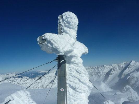 Gipfelkreuz im Winter in Weißenbach im Ahrntal