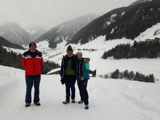 Kurz vor dem ersten Lockdown im März 2020 - Seppl mit Georg und Heidrun oberhalb der Buseggealm