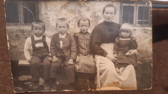 Franz, Hansl, Maria Notdurfter und Rosa Feichter mit Mutter Maria Großgasteiger