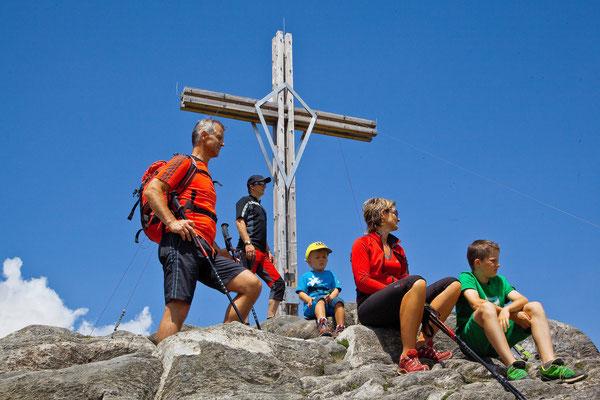 Beim Gipfelkreuz am Schönberg
