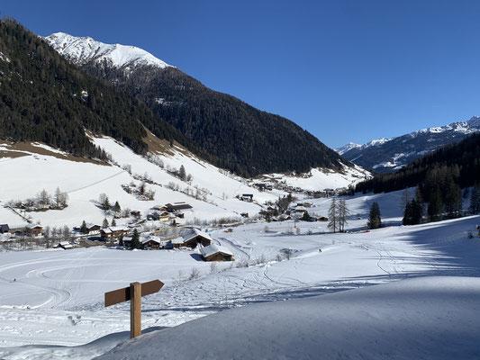 Blick von der Rodelbahn Tristenbach auf Weißenbach am 28. Februar 2021