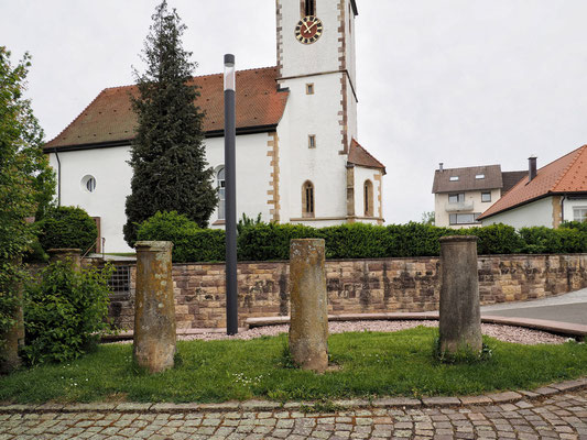 Säulen vom Brandsteig vor der evangelischen Gemeindehaus Rötenberg