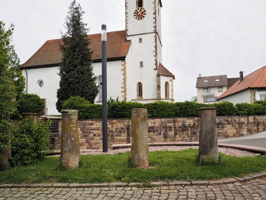 Säulen vom Brandsteig vor dem evangelischen Gemeindehaus Rötenberg