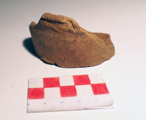Stück einer frühen Ofenkachel (Becherkachel), ca. Anfang 12. Jhdt.