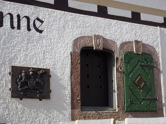 An der Fassade ist hier noch das württembergische Wappenschild angebracht