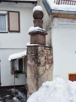 """Reste eines Hofportals mit Inschrift """"1829"""""""