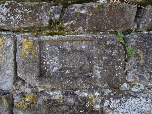 Agnus Dei an der Außenmauer des Friedhofs