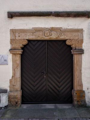 Der Haupteingang mit der Jahreszahl 1719