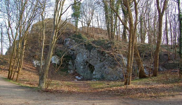 Wand mit kleiner Grotte