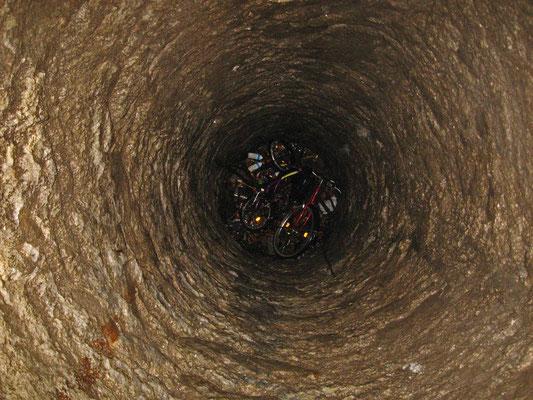 der Grund des heute nur noch 43m tiefen Brunnenschachtes im November 2009