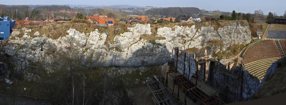 Ostwand des ehemaligen Steinbruchs (von Noctalis, links bis Kalkbergstadion rechts / im Hintergrund von vorn nach hinten: Stipsdorfer Berg (Wittmack Park), Großer Segeberger See, Moosberg, Kagelsberg))