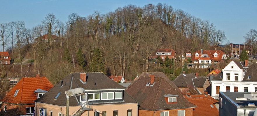 """... links das """"Bergschlösschen"""" (abgerissen 10/2015), rechts die Kalkberg GmbH im Western-Look (Ausrichter der Karl-May-Spiele)"""
