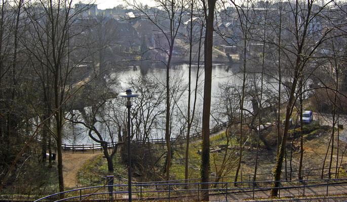 Kleiner Segeberger See (Gestein steht erst ab -27m an); darüber ist der See, der eigentlich nur die Größe eines Teiches hat, auf ca. -11m hochsedimentiert)