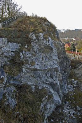 "Felswand aus Anhydrit = Kalziumsulfat od. auch `Schwefelsaurer Kalk` genannt, daher der Name  ""Kalkberg"""