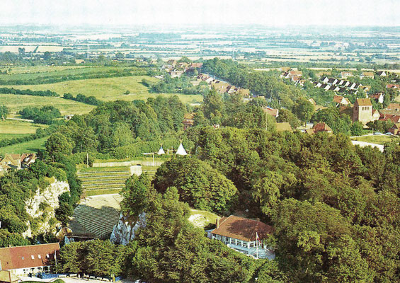 Höhlenwärterhaus (unten inks) und Bergschlösschen (rechts), um 1960 ?