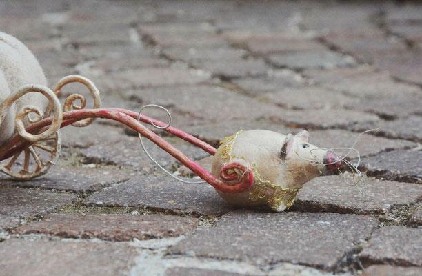 topolino in pasta di legno che traina la carrozza zucca di Cenerentola