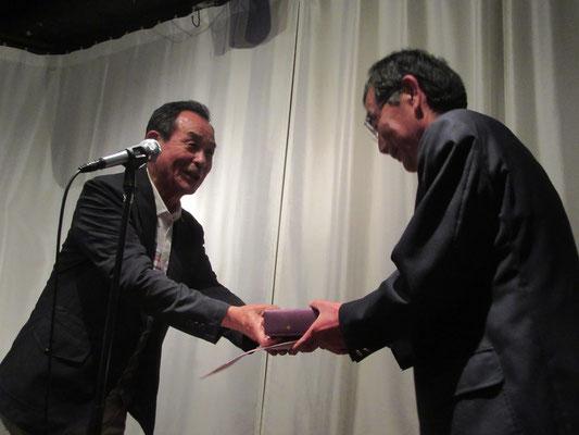 関大S44卒の田中先輩から、本学澤田弓友会会長の奥様宛てにサプライズのプレゼント