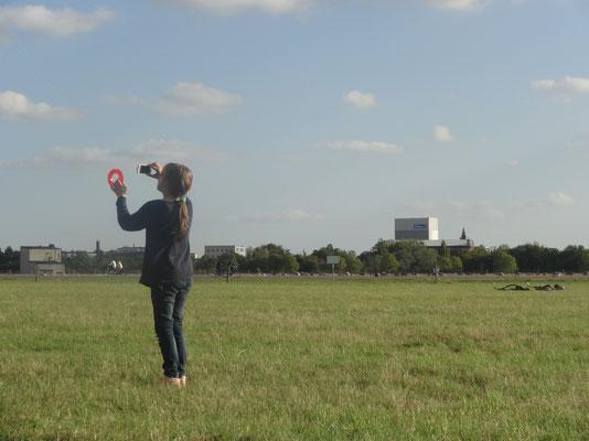 Drachen steigen lassen auf dem Tempelhofer Feld