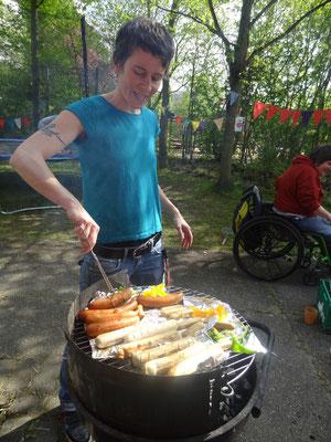 Birgit beim Grillen