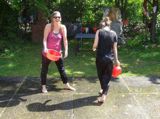 Tinka und Linda bei der Wasserschlacht