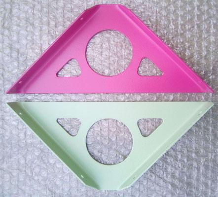 équerres pour étagères coloris vert blanc RAL 6019 et telémagenta RAL 4010 (luminosité de la prise de vue)