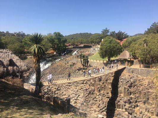 Transportes Escolares Alvarado en Prismas basálticos en Hidalgo