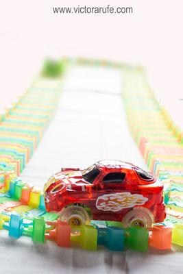 Los coches son de un material muy resistente.