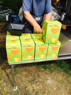 Vorsicht Heiß!!!! Der Apfelsaft ist auf 80 Grad erhitzt worden. Somit ist er ungeöffnet mindestens ein Jahr haltbar.