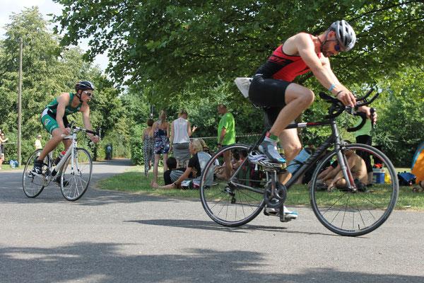 Steve Häcker auf dem Rad beim Leipziger Triathlon.