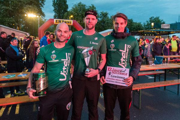 Tim Schicker, Erik Werner & Benjamin Heinz nach der Siegerehrung des schnellsten Männerteams zum Firmenlauf Erzgebirge