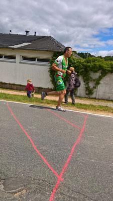 Jörg Müller auf der Laufstrecke des Koberbachtaltriathlons