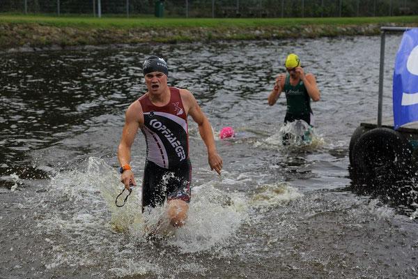 Steve Häcker (hinten) beim Schwimmausstieg des Silberstrom-Triathlons.