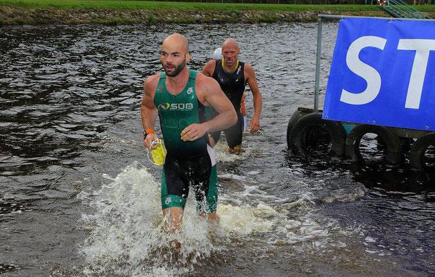 Tim Schicker beim Schwimmausstieg des Silberstrom-Triathlons.