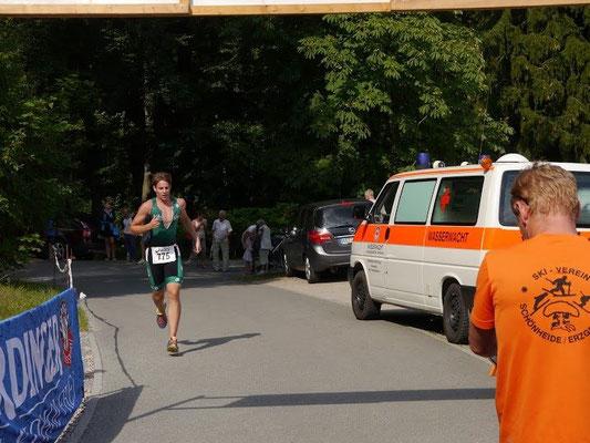Benjamin Heinz (SV Burkhardtsgrün) beim Zieleinlauf des Schönheider Triathlon.