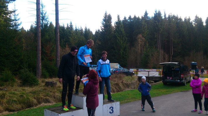 Benjamin Heinz (mitte) bei der Siegerehrung des Crosslaufes in Geyer.
