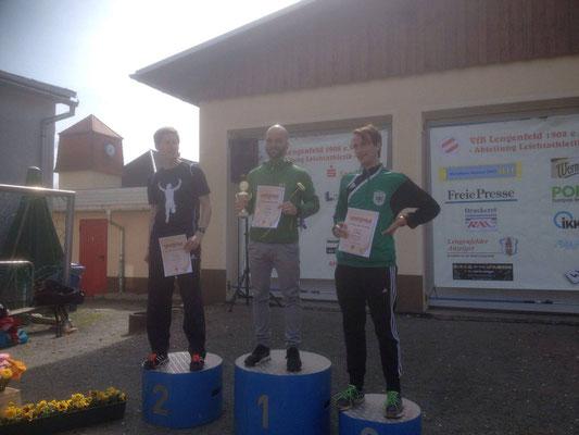 Tim Schicker (Mitte) bei der Siegerehrung des 10km-Laufes in Lengenfeld.