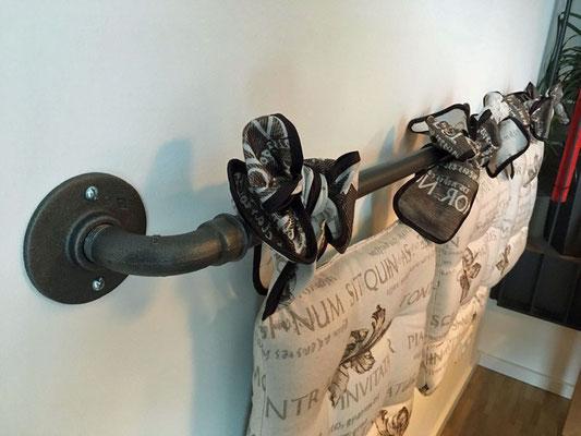 Schwarzer Temperguss harmoniert sehr gut mit Stoffen. Hier in einer außergewöhnlichen Rückenlehne aus Stahlrohr   (c) S. Malerz