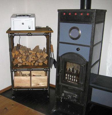 Brennholz-Regal aus schwarzem Stahlrohr. Ein perfekter Begleiter für den alten Ofen.   (c) B. Werner