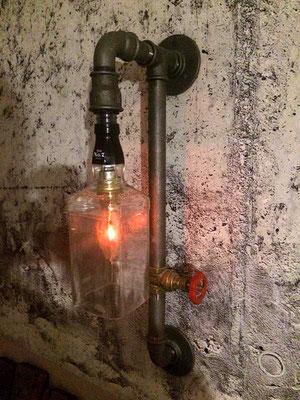 Der Muffenschieber ist der Schalter. Eine sehr stilvolle Lampe aus schwarzen Temperguss-Fittingen und Stahlrohr   (c) D. Keller