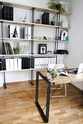 Stilvolles Büro mit Industrial-Elementen. Das Regal ist schnell gebaut aus sandgestrahlten Stahlrohren und stabilen Temperguss-Flanschen.   (c) B. Pollack