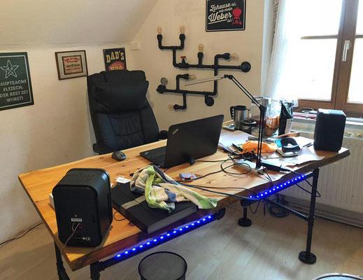 Schreibtisch aus Erle und rohen Stahlrohren und dazu passend eine Wandlampe aus Temperguss Fittings.   (c) O. Zahn