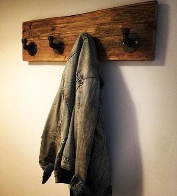 Oft sind es die einfachen Dinge, die Individualität betonen. Ein Stück schönes Holz, schwarze Temperguss-Flansche, Bögen und Kappen ergeben eine klasse Garderobe. | (c) M. Mellone