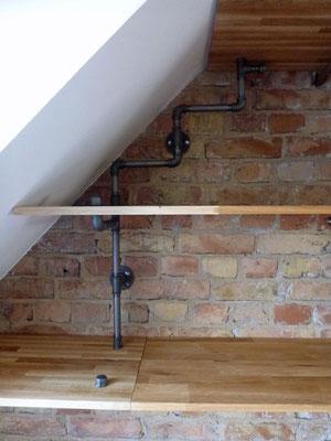 Was macht man mit einer Dachschräge? Richtig: Man baut ein pfiffiges Regal hinein.   (c) X. Theillere