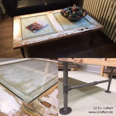 Was für ein, Entschuldigung, geiler Tisch. Gemacht aus einer alten alte Remise-Tür und einem Tischgestell aus Rohren und schwarzen Temperguss-Flanschen | (c) S. Lichteblau, www.sl-loftart.de
