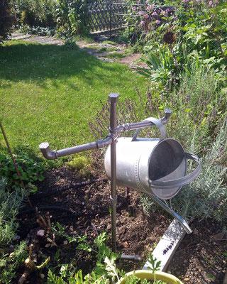 Auch im Garten schick: Zum Beispiel als Gießkannen-Halter aus lackierten Temperguss-Fittings und Rohren.   (c) S. Schulze