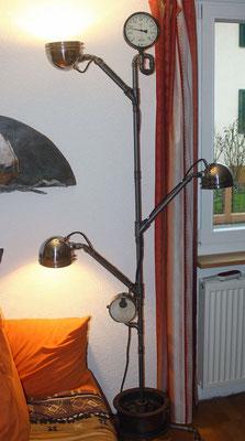 Alte Scheinwerfer und Armaturen, Stahlrohr und Temperguss-Fittings kombiniert zu einer witzigen und individuellen Stehlampe.   (c) Fam. Weniger