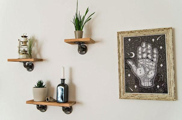 Flansche und Bögen aus schwarzem Temperguss und schönes Holz. Mehr braucht es nicht für gelungene Wanddekoration. | (c) P. Bauer