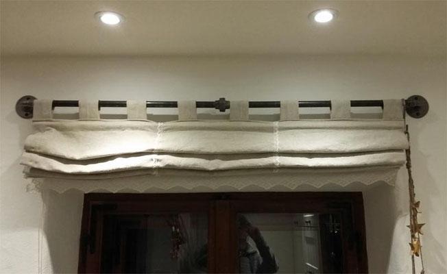 Vorhangstange aus schwarzem Temperguss. Durch die Verschraubung in der Mitte lassen sich die Vorhänge wechseln. Alternative zur Verschraubung wären z. B. Karabinerhaken.   (c) B. Kink