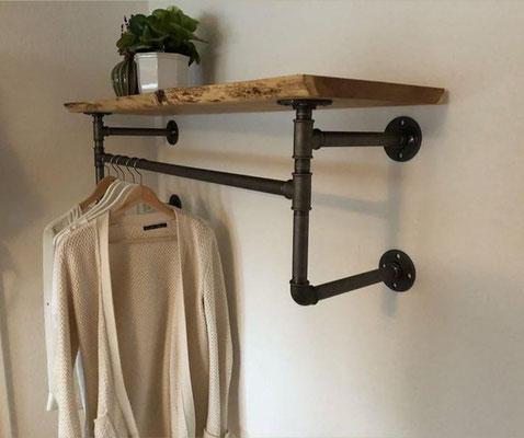 Ein Baumkantenbrett, sangestrahlte Stahlrohre und schwarze Temperguss-Fittings - Garderobe reduced to the max. | (c) S. Kolars